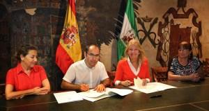 La alcaldesa de Marbella, Ángeles Muñoz, reunida con responsables de Cáritas para la firma. FOTO/ Ayto de Marbella