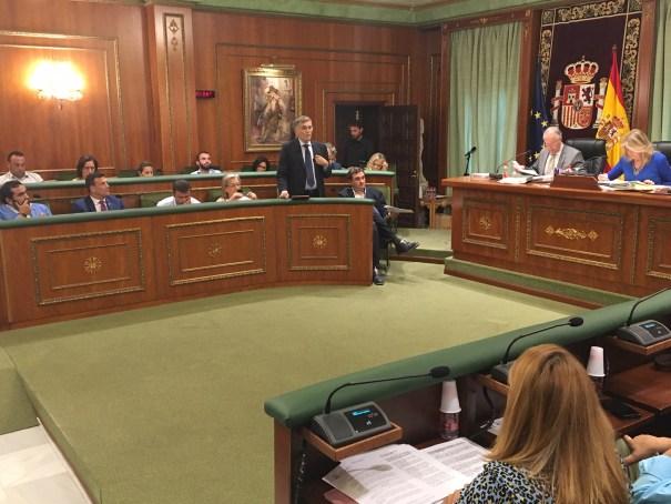 El concejal Javier García, este jueves en el Pleno, durante su intervención para explicar la situación de las ayudas a las AMPAS. FOTO// M.C