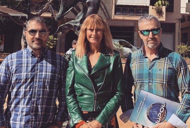La candidata al Congreso por Málaga Irene Rivera este lunes en Marbella junto a representantes de la plataforma Justicia Policial (Jupol). FOTO/ Ciudadanos