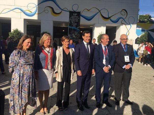 El presidente de la Junta de Andalucía, Juanma Moreno (centro) en la clausura del Congreso del ICA en Marbella este viernes. FOTO/ CABANILLAS