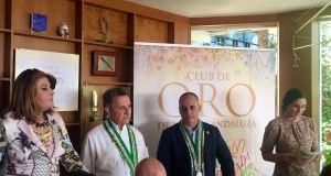 El restaurador Santiago Domínguez recibe el homenaje del Club de Oro de la Mesa Andaluza este lunes en su establecimiento de Marbella. FOTO/ CABANILLAS