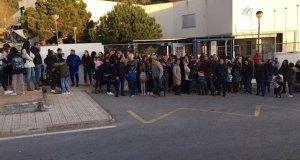 Imagen de la protesta de este viernes a las puertas del colegio Xarblanca de Marbella. FOTO/ Europa Press