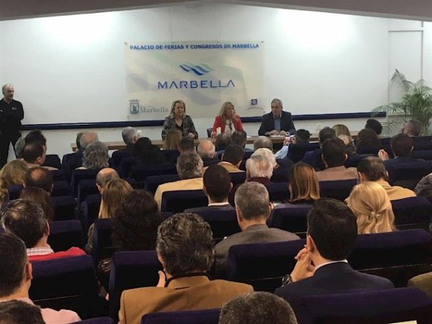 La alcaldesa de Marbella, Ángeles Muñoz( centro), flanqueada por la delegada de Urbanismo, Kika Caracuel y el director general del PGOU, José María Morente, este viernes. FOTO/ EP