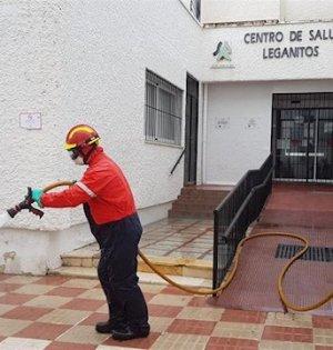 Bomberos de Marbella limpian en la entrada del centro de salud de Leganitos. FOTO/ Ayto de Marbella