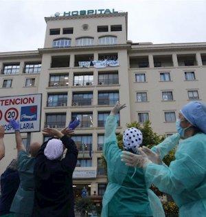 Sanitarios a las puertas del Hospital Regional. FOTO/ Europa Press