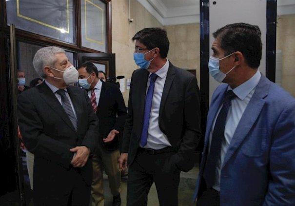 El vicepresidente de la Junta, Juan Marín (centro) este viernes durante su visita a la Audiencia de Sevilla. FOTO/ Europa Press