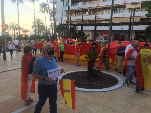 Los asistentes a la protesta ya de vuelta a la Avenida del Mar. FOTO/ CABANILLAS