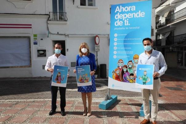 La alcaldesa de Marbella, Ángeles Muñoz, flanqueada por el concejal de Sanidad, Enrique Rodríguez, y su asesor, Lisandro Viertes, este miércoles. FOTO/ Ayto de Marbella