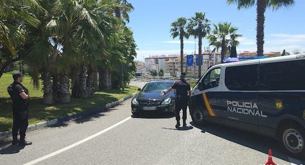 Imagen de un control policial a la entrada del Centro Comercial La Cañada en Marbella