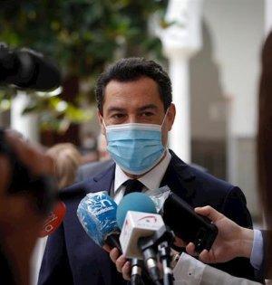 El presidente de la Junta, Juanma Moreno, este jueves atendiendo a los periodistas en el Parlamento. FOTO/ EP