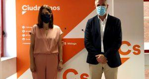 El vicepresidente de la Diputación de Málaga, Juan Carlos Maldonado, junto a la edil de Cs en el Ayuntamiento de Málaga, Noelia Losada, este martes en rueda de prensa. FOTO/ CS