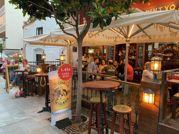 Imagen de las terrazas de restaurantes de la calle Miguel Cano en Marbella. FOTO/ M.C.