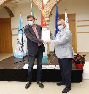 El primer teniente alcalde, Félix Romero, recibe del director de la entidad, Fernando Fraile, el sello de turismo seguir este martes. FOTO/ Ayto de Marbella