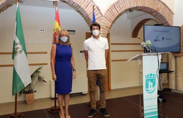 La alcaldesa de Marbella, Ángeles Muñoz, junto al futbolista Esteban Granero, responsable de la empresa de inteligencia artificial contratada, este viernes. FOTO/ Ayto de Marbella