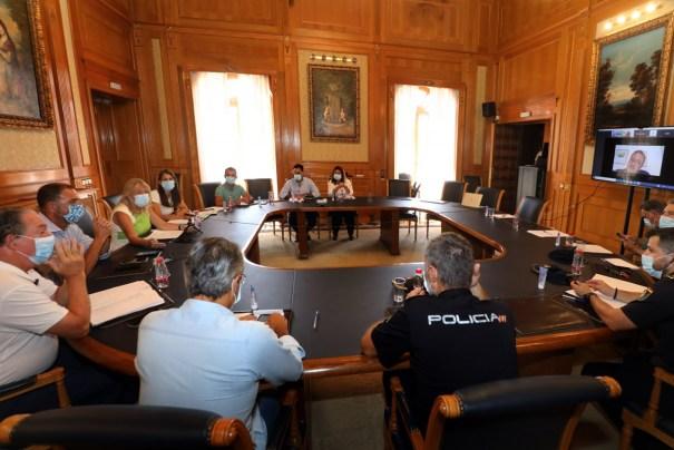 Imagen de la reunión mantenida este viernes entre el Ayuntamiento, la delegación de Salud de la Junta y responsables policiales. FOTO/ Ayto de Marbella