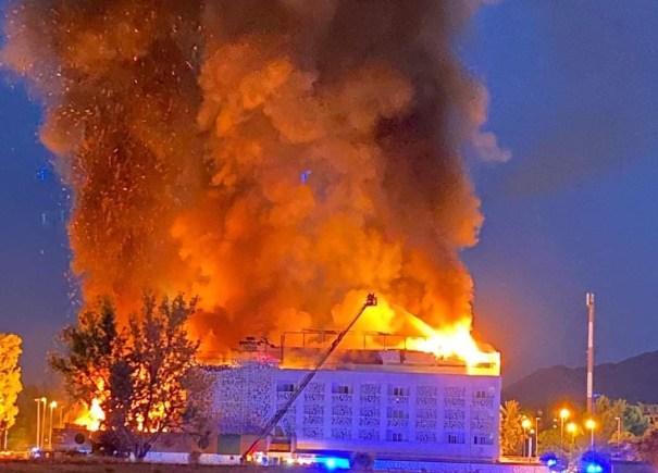 Imagen de las llamas en el hotel Sisu de Marbella tomada desde un edificio cercano. FOTO/ Marbella Confidencial