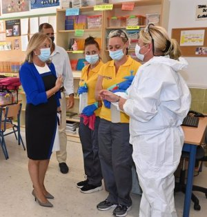 La alcaldesa de Marbella, Ángeles Muñoz, el pasado 3 de septiembre junto a empleadas de la empresa de limpieza adjudicataria en el colegio Santa Teresa. FOTO/ Ayto de Marbella