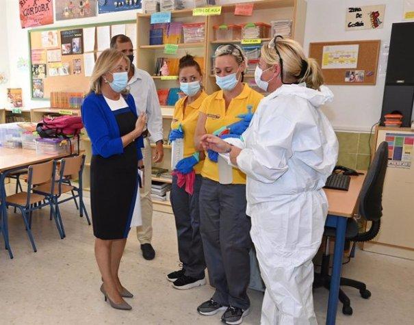 La alcaldesa de Marbella, Ángeles Muñoz, este jueves durante su visita al colegio Santa Teresa. FOTO/ Ayto de Marbella