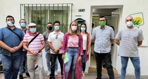 En primer plano la coordinadora comarcal de IU en la Costa del Sol y exconcejala de Marbella, Victoria Morales, junto al coordinador provincial y diputado andaluz, Guzmán Ahumada, junto a otros miembros de la organización este martes en Marbella. FOTO/ IU