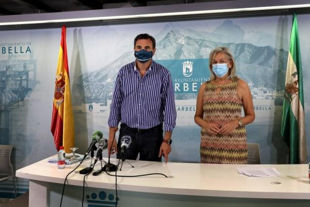 La delegada de Urbanismo de Marbella, Kika Caracuel, junto al portavoz del gobierno local, Félix Romero, este lunes en rueda de prensa. FOTO/ Ayto de Marbella