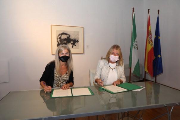 La consejera de Cultura de la Junta de Andalucía, Patricia del Pozo, junto a la alcaldesa de Marbella, Ángeles Muñoz, este viernes durante la firma conjunta. FOTO/