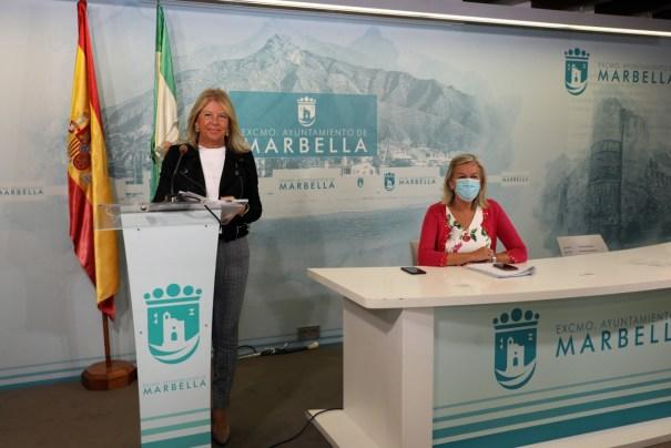 La alcaldesa de Marbella, Ángeles Muñoz, y en segundo plano la delegada municipal de Urbanismo, Kika Caracuel, este martes en rueda de prensa. FOTO/ Ayto de Marbella