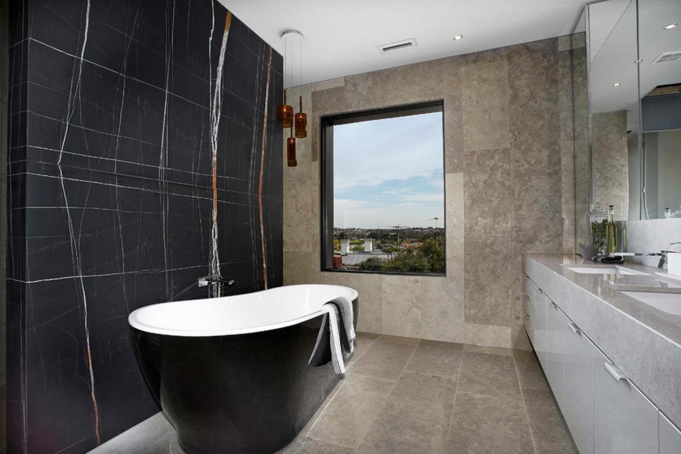 salle de bain en marbre noir du sahara