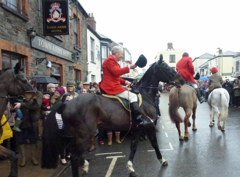 Tiverton Staghounds leaving the Town Arms