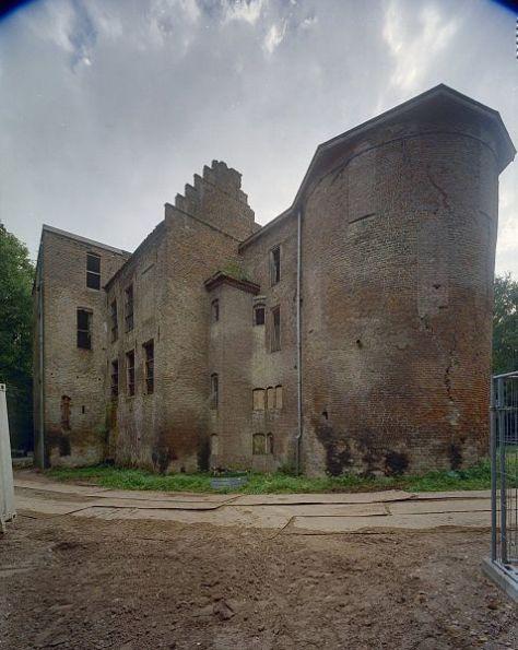 Van links naar rechts noordoost de toren en de noordvleugel en de ronde toren met het nooddak uit 1966 van kasteel Nederhemert.