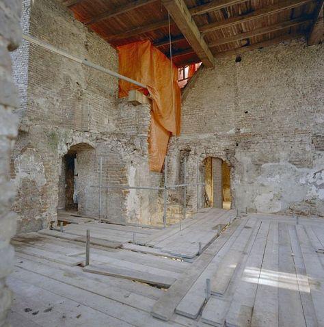 Het interieur van de keukentoren tijdens de restauratie gezien naar het zuidwesten van het kasteel.