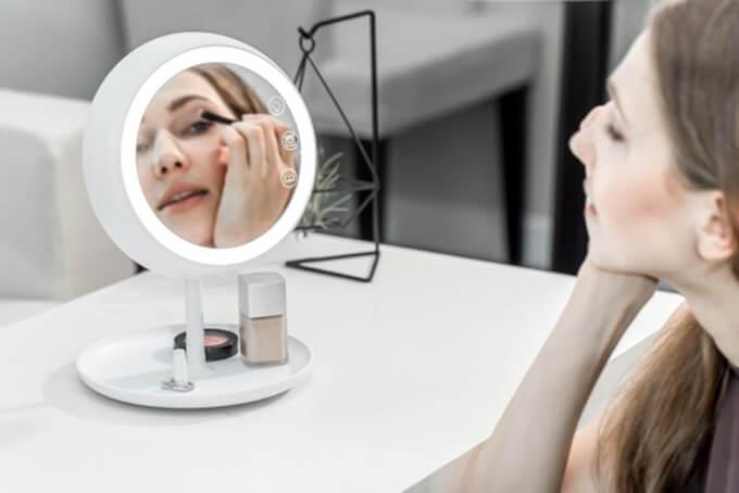 Lustereczko powiedz przecie – ten gadżet pozwala na perfekcyjny make-up