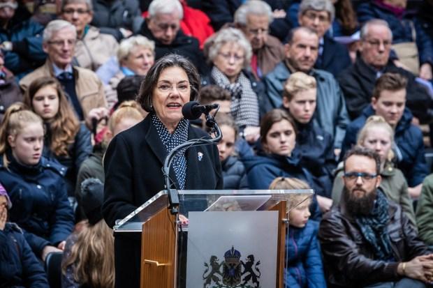 Herdenking 75 jaar bombardement Nijmegen: kranslegging met Gerdi Verbeet door Marcel Krijgsman