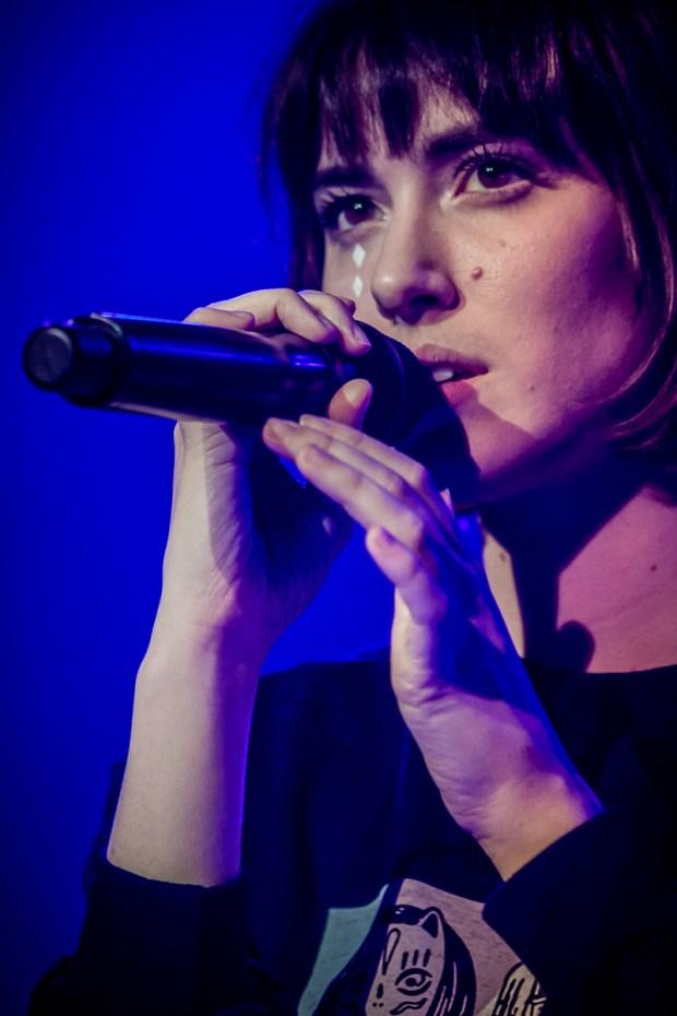 Close up van zangeres en vlogger Teske tijdens een concert in Doornroosje Nijmegen door popfotograaf Marcel Krijgsman