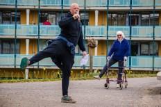 Door de coronacrisis zijn sportscholen gesloten. Fysiotherapeuten gaan naar bejaardenhuizen toe om daar in de buitenlucht gym te geven.