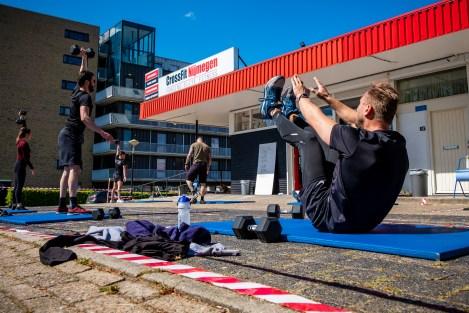 Sporten met fitnessapparatuur in de buitenlucht