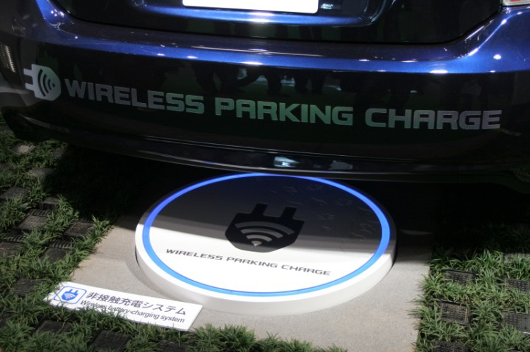 Demostración de un punto de recarga inalámbrica en el Salón del Automóvil de Tokio 2011.