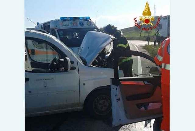 Frontale tra auto ad Agugliano: due i feriti, vvf sul posto