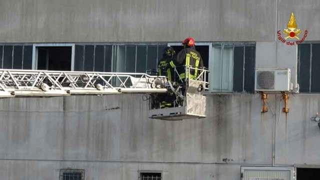 Incendio in un capannone di Osimo, fiamme spente dai vvf