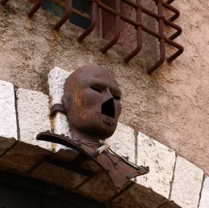 Le masque de fer se cache à cannes :)
