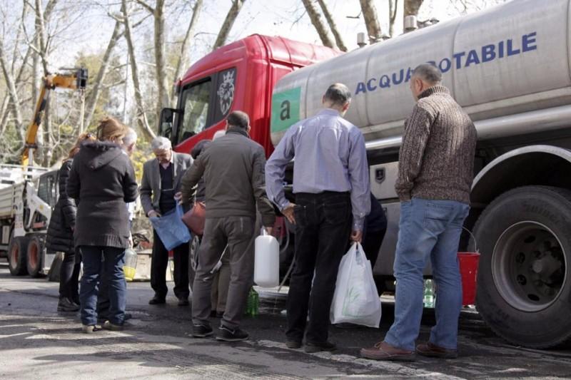 Continua l'emergenza acqua a Borgo Tressanti. Così il virus fa ancora più paura. Cittadini costrett a percorrere km per recuperare acqua