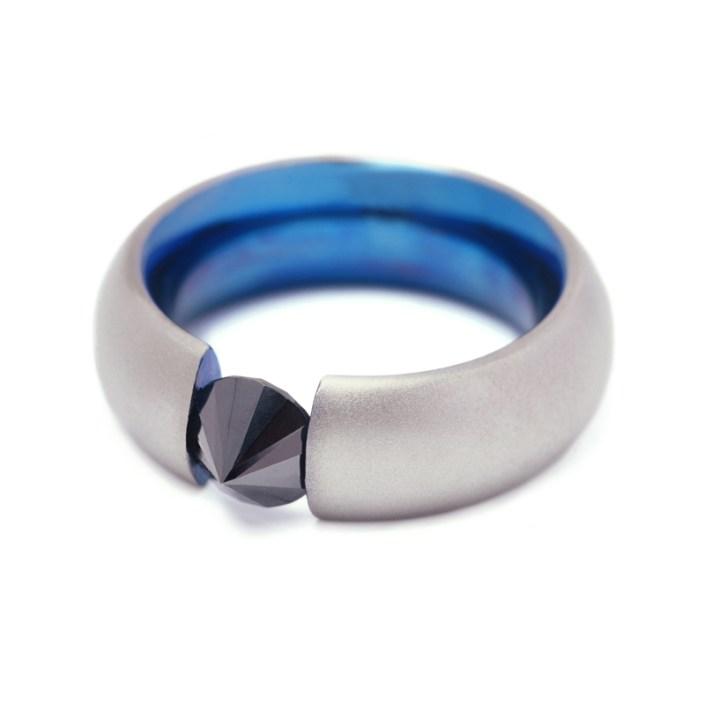 Ring 'Black Diamond' van Marc Lange, deels blauw gekleurd titanium met een zwarte diamant.