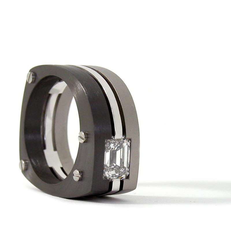 Ring 'Emerald Cut', zirconium, witgoud, titanium en bezet met een emeraldgeslepen diamant.