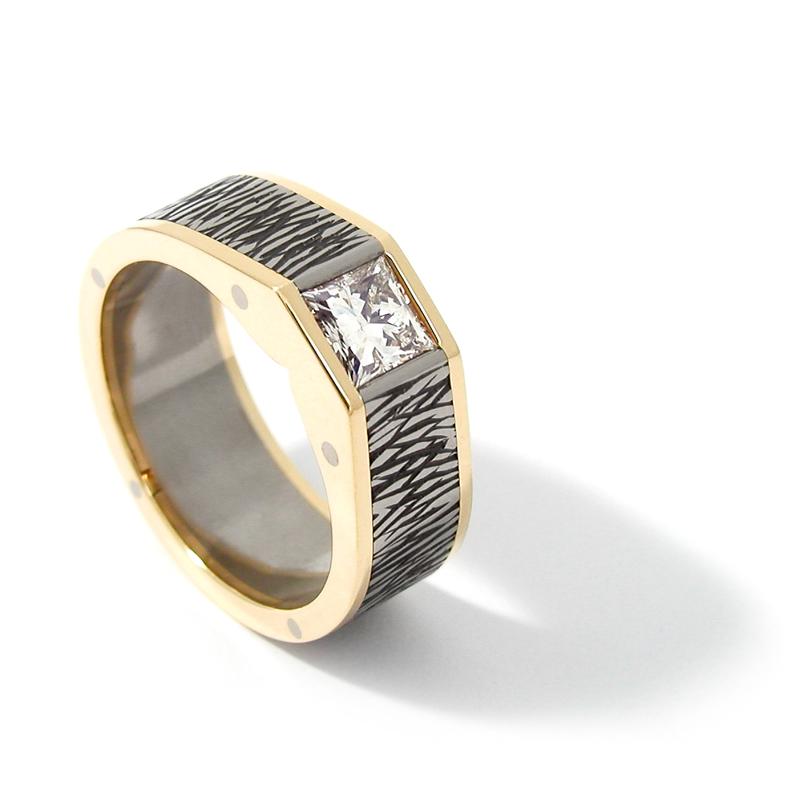 Ring 'Treebark', zirkonium (met boomschorstechniek), geelgoud en bezet met een prinsesgeslepen diamant van 1,02 caraat.