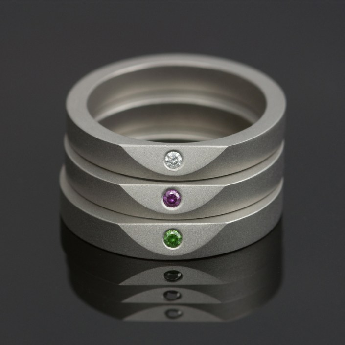 Ringen 'Less Is More' van Marc Lange, titanium bezet met gekleurde diamanten