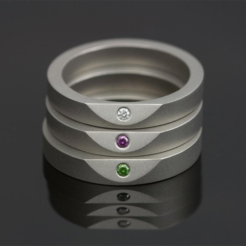 Ringen 'Less Is More' van Marc Lange, titanium bezet met gekleurde diamanten
