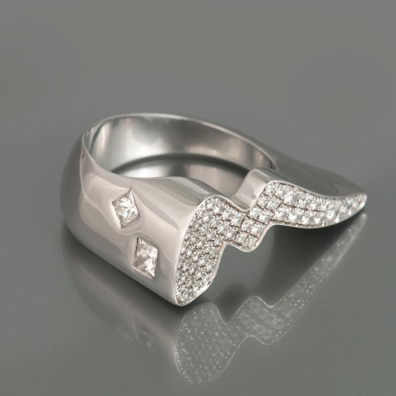 Ring 'Our Second Princess', witgoud bezet met prinses- en briljantgeslepen diamanten