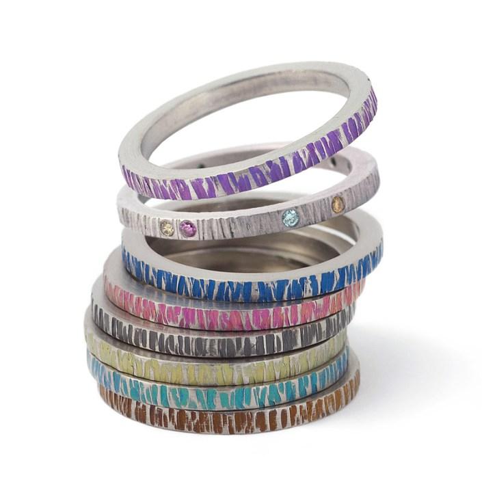 Ringen van titanium met een divers gekleurde 'boomschorstechniek'.