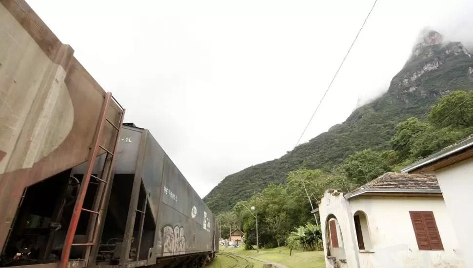 Drone vistoria trens e trilhos na Serra do Mar a caminho do Porto de Paranaguá