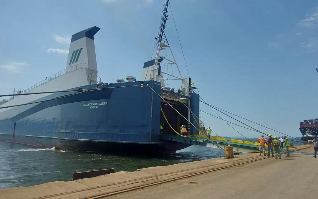 Navio atraca perpendicular ao cais e chama atenção no Porto de Paranaguá