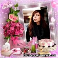 Hermoso marco de cumpleaños con ramo de flores y bombones